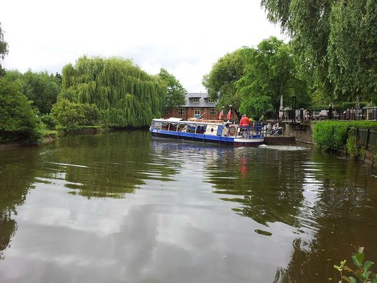 Crowne Plaza Stratford-Upon-Avon: Cruise boat settinh off from hotel mooring..