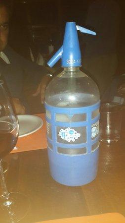 La Salamandra Pulperia: A água com gás é colocada na mesa para que nos sirvamos à vontade, direto do sifão.