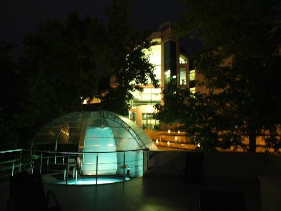 Villa Belveder : Бассейн вечером