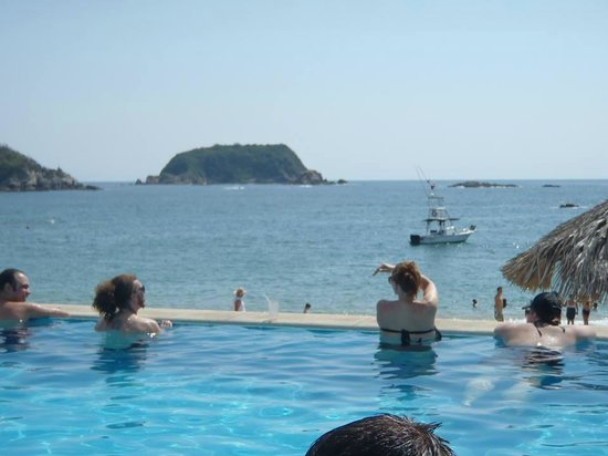 Dreams Huatulco Resort & Spa : Pool view to ocean