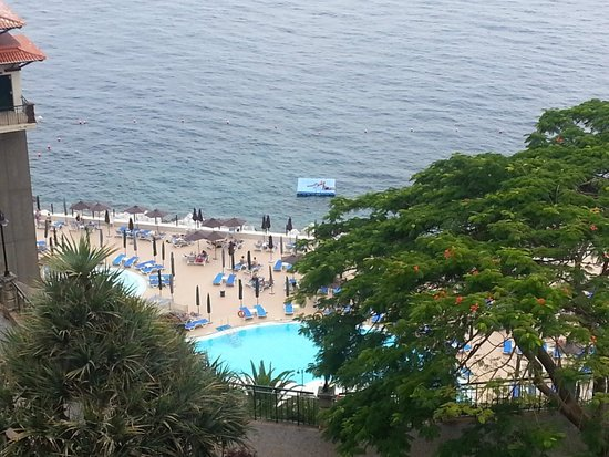 Hotel The Cliff Bay: View from our balcony down to the downstairs pool