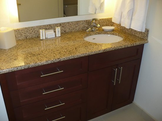 Residence Inn Arlington Pentagon City: Vanity in Bedroom 1