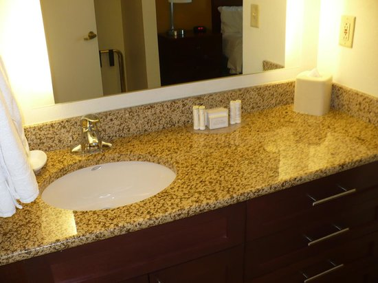 Residence Inn Arlington Pentagon City: Vanity area in Bedroom 2