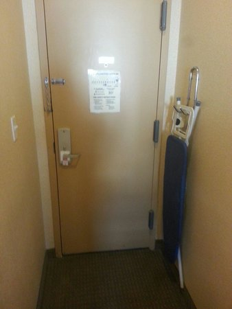 Econo Lodge Times Square: Door and hallway