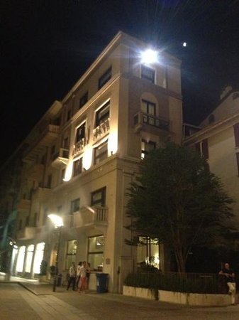 Posta Design Hotel: street view ( by night )