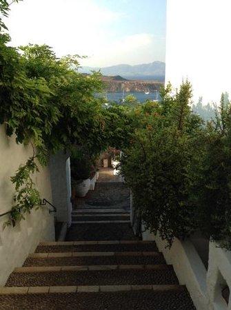 Melenos Lindos Hotel : dans l'hôtel en descendant vers la plage