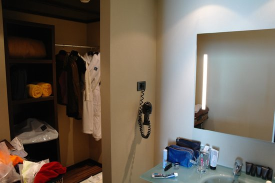 AC Hotel Barcelona Forum by Marriott : Dressing/wash section of Junior Suite