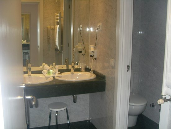 NH Collection Villa de Bilbao: baño