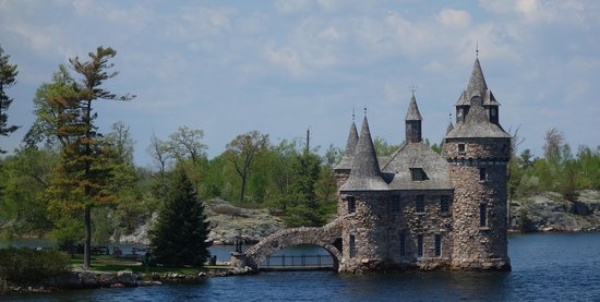 Gananoque, Canada: Thousand Islands - views of Boldt Castle from boat trip