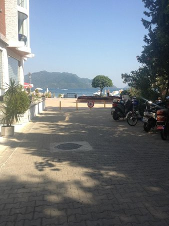 Hotel Marbella : Small road/path side of hotel from beach to main road