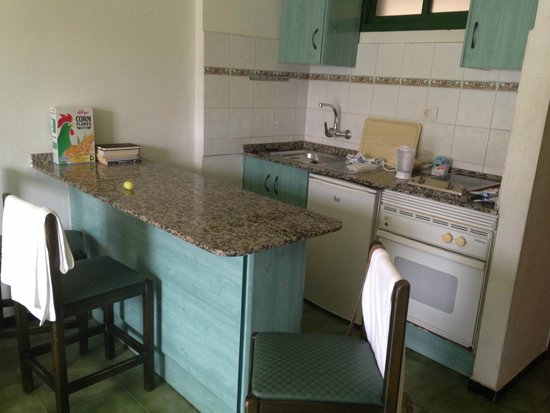 Castillo de Sol Apartments : Kitchen - fairly well equipt although only 3 of everything so washing up every time!