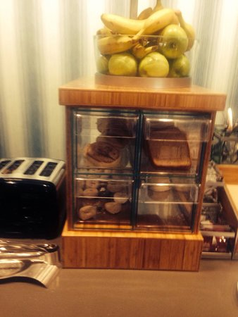 Home2 Suites By Hilton Erie, PA: Breakfast Bar toast & pastry.
