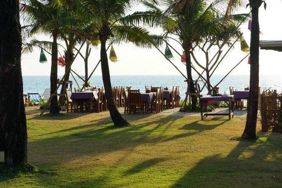 Golden Bay Cottages: Ресторан на пляже