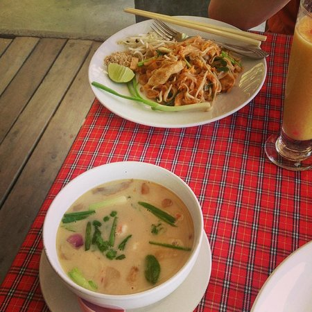 Golden Bay Cottages: Tom Yum Kung and Pad thai salad