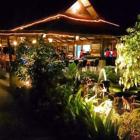 Golden Bay Cottages: Вечерний ресторан