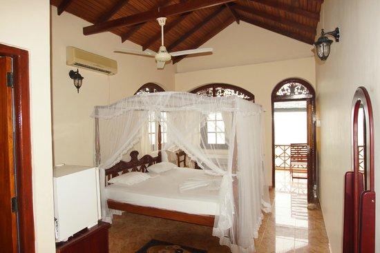 Hotel Dhammika: Alle Zimmer mit Kingsizebett, Deckenventilator und teilweise Klimaanlage