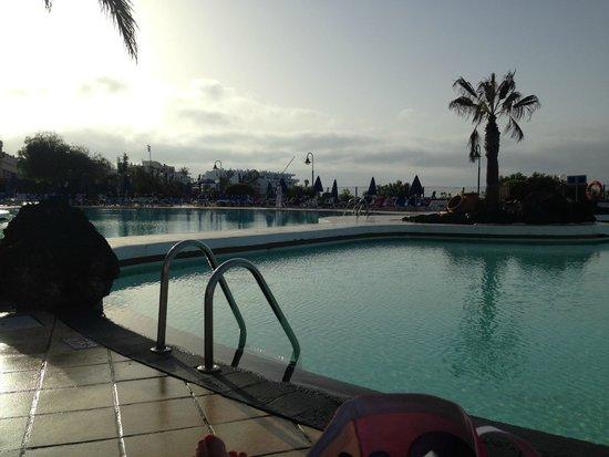Hotel Grand Teguise Playa: Pool in morning