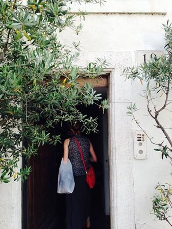 Fabiolous Cooking Day in Rome : the apartment entrance