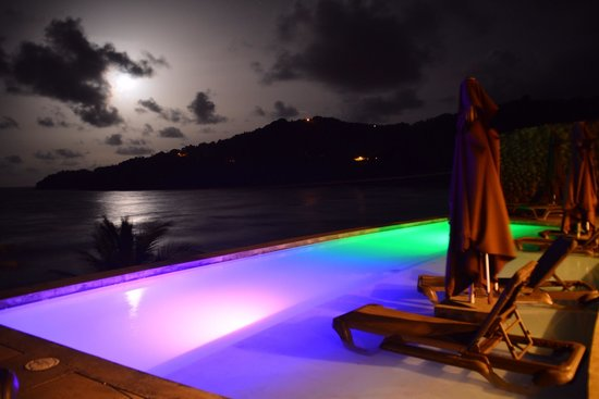 Pagua Bay House Oceanfront Cabanas: La nuit !!! Splendide
