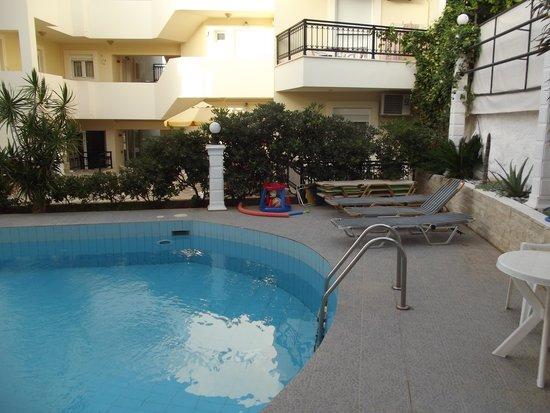 El Greco Apartments: Pool area