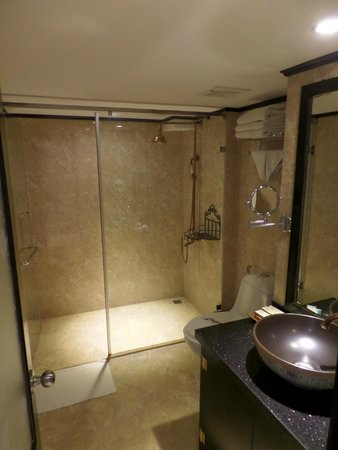 Oriental Central Hotel: 1 double bed+1 single bed (8th floor)