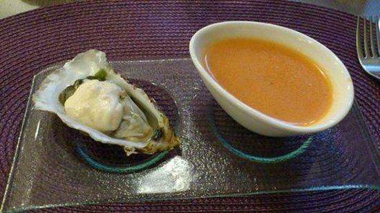 Le Cayrou: Mise en bouche : soupe de tomate froide et une huître et son émulsion citron.