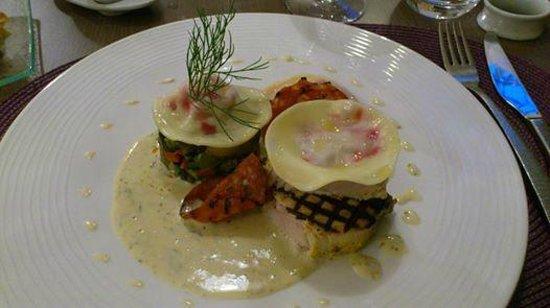 Le Cayrou: Plat : Pavé d'espadon mariné et grillé, chair de tourteau en ravioles froides, beurre blanc à l'