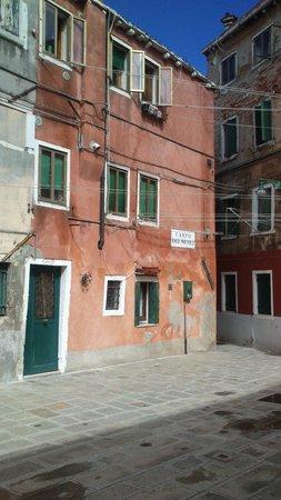 Veneziacentopercento Rooms & Apartments: la piazzetta e il piccolo appartamento al piano terra