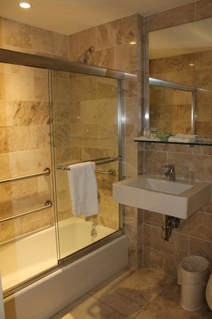 Hotel 32 32 : Nice Size Bathroom