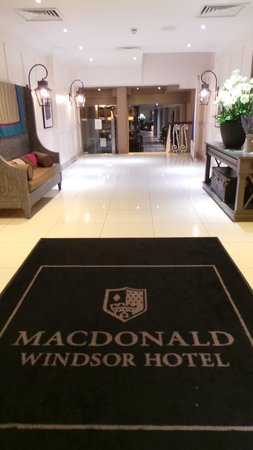 Macdonald Windsor Hotel: Entrance lobby - keep on walking