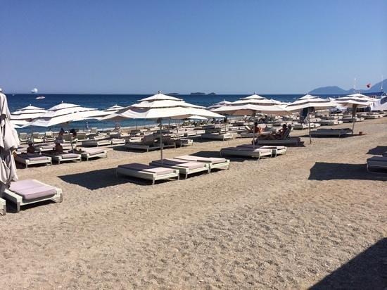 Gural Premier Tekirova: Strandliegen aus Rattan mit Riesenschirm