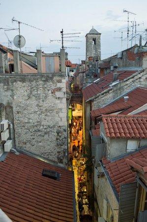 Old Town Hostel: Vista da janela do comodo em comum que há no hostel.