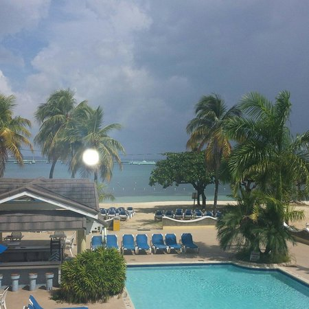 Rooms Ocho Rios: My view from rooms hotel!! Beautiful