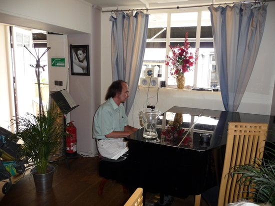 The Courtyard Restaurant: Sam at his piano