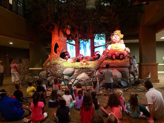 Great Wolf Lodge New England: Show in the lobby.