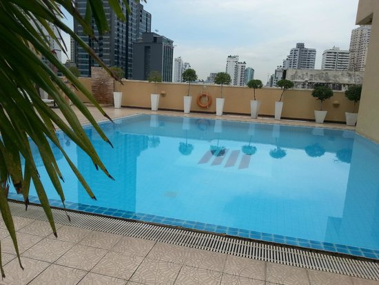 Grand President: view poolside