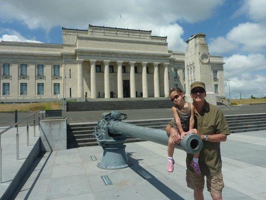 Musée du mémorial de guerre d'Auckland : Devant le Musée, parc immense