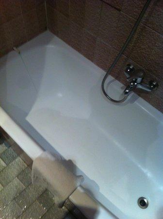 Hotel Mediodia: Inexplicable chorro que sale a bañera a la izda.