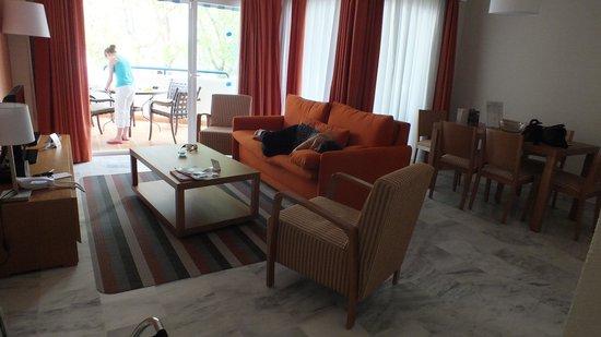 Sahara Sunset Club by Diamond Resorts: salon, salle à manger, terrasse