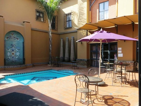 Zagora Grill Room: Outside dining at pool.