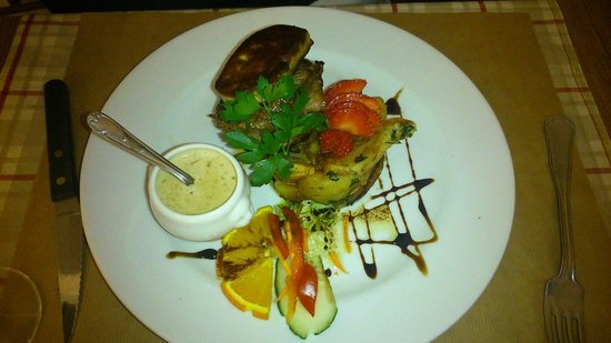 La Petite Borie : Bon tournedos rossini.cuisson parfaite, très bonne idée de mettre la sauce à part
