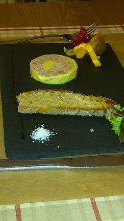 La Petite Borie : Entrée du menu enfant: médaillon de pâté au foie gras, très correct et très copieux pour des enf