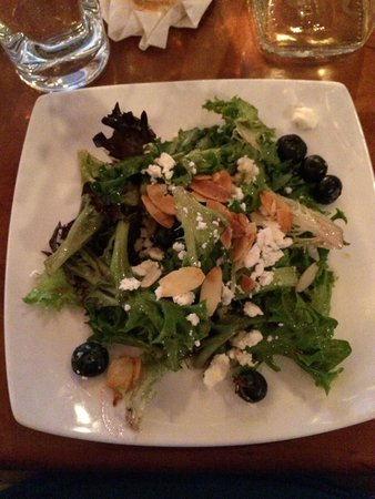 The Front Porch Piano Bar & Restaurant : Mixed Greens with blueberry vinigrette