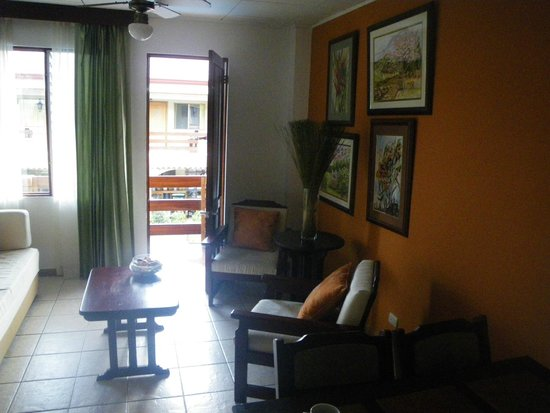 Apartotel La Sabana: Family Room - living area overlooks pool