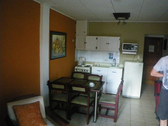 Apartotel La Sabana: Family room - kitchenette