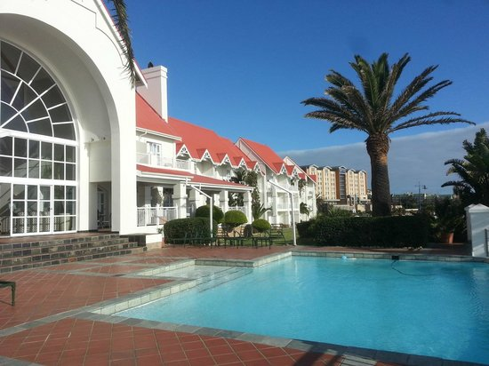 Courtyard Hotel Port Elizabeth : Looking back at hotel from pool