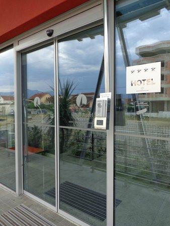 Hotel Aurel : Front door