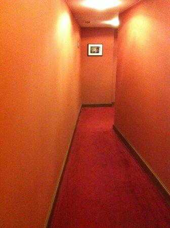 Marivaux Hotel : pasillos interminables y estrechos hacia la habitación
