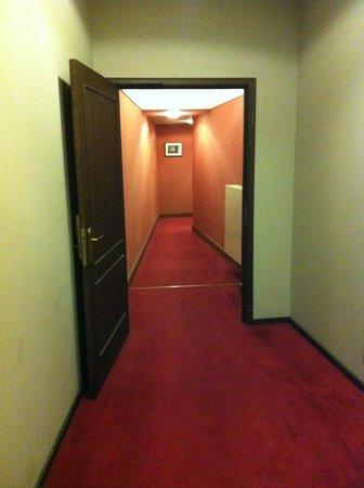 Marivaux Hotel: pasillos interminables y estrechos hacia la habitación