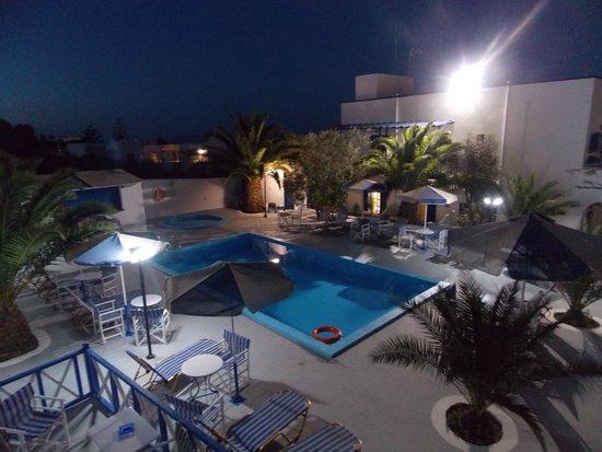 Margarita Hotel: Vue nocturne de la piscine de l'hôtel